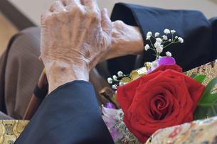 バラのコサージュを付けたおじいちゃんの手の写真素材 [FYI01166691]