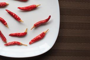 皿の上の唐辛子の写真素材 [FYI01166853]