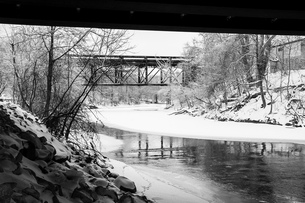 ウインターシーン モノクロ 雪 氷 川 鉄道橋の写真素材 [FYI01166964]