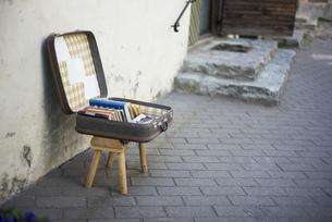 道端 古いスーツケースの写真素材 [FYI01166990]
