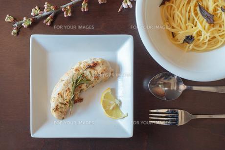 焼いたささみ肉とパスタの写真素材 [FYI01167090]