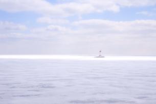 凍った湖 雲 晴れ 灯台 ソフトフォーカス 冬景色の写真素材 [FYI01167112]