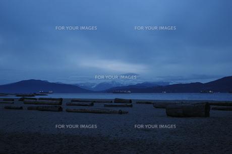 内海 ビーチ 丸太 山 空 風景の写真素材 [FYI01167113]