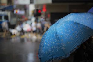 ストリート 雨 傘 街 風景素材の写真素材 [FYI01167216]