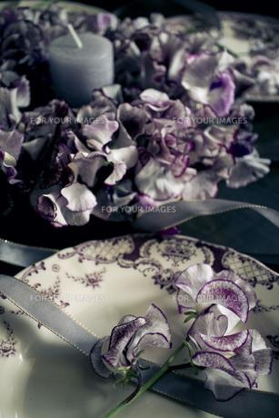 アンティークのお皿とスイートピーのテーブルリースの写真素材 [FYI01167344]