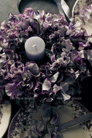 アンティークのお皿とスイートピーのテーブルリースの写真素材 [FYI01167346]