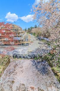 春の移転後の弘前城の天守台の風景の写真素材 [FYI01167371]