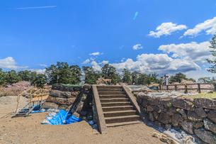 移転後の弘前城の春の天守台の風景の写真素材 [FYI01167377]