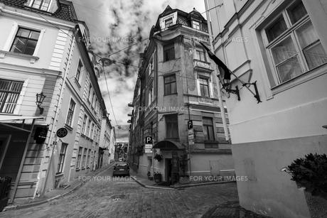 街並み 旧市街 ヨーロッパ リガ ラトビア モノクロ 海外写真の写真素材 [FYI01167399]