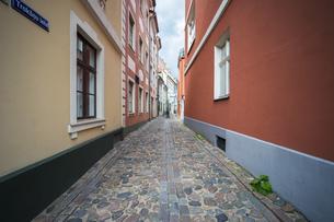 路地素材 旧市街 リガ ラトビア ヨーロッパ 東欧 バルト三国 カラーの写真素材 [FYI01167401]