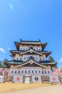 春の移転した弘前城の天守の風景の写真素材 [FYI01167727]