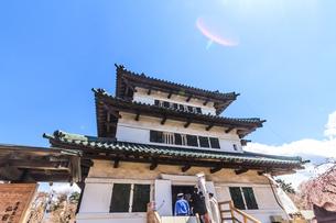 春の移転した弘前城の天守の風景の写真素材 [FYI01167729]