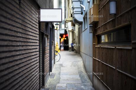 風景 風景素材 路地 路地素材 繁華街 裏道 裏路地 細道 背景 背景素材の写真素材 [FYI01167733]