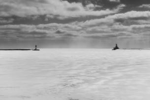 風景素材 背景素材 冬景色 凍った湖 灯台 海外写真の写真素材 [FYI01167784]