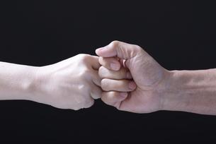 グータッチをする男女の手の写真素材 [FYI01168089]