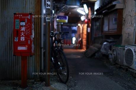 路地裏の消火器の写真素材 [FYI01168108]