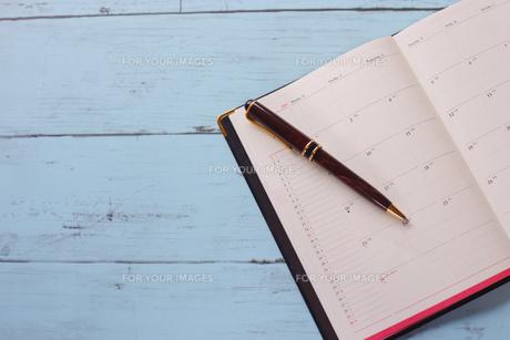 スケジュール帳とペンの写真素材 [FYI01168163]
