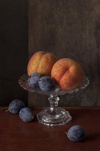 桃とプルーンのある静物の写真素材 [FYI01168181]