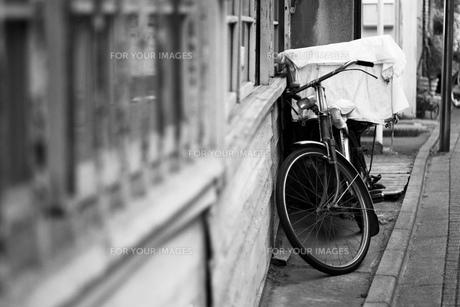 路地 路地素材 街並み 古い街並み 自転車 ストリート モノクロの写真素材 [FYI01168198]
