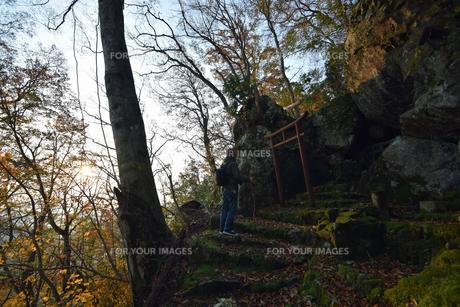 京都大江山の登山人の祈りの写真素材 [FYI01168371]