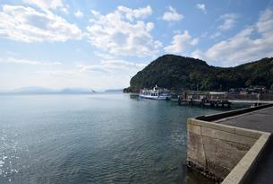 伊根の舟屋と日本海の写真素材 [FYI01168403]