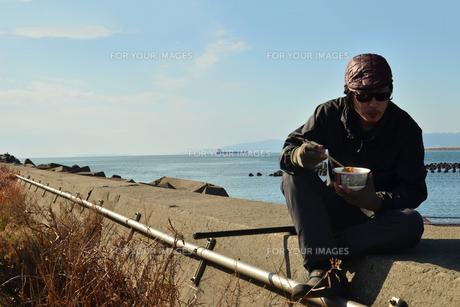 和歌山湾で飯を食う釣り人の写真素材 [FYI01168457]