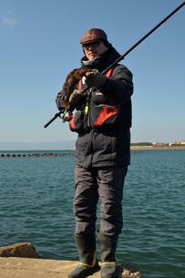 紀ノ川河口でアイナメを釣る男の写真素材 [FYI01168469]