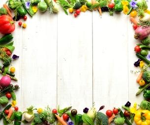 カラフルな野菜フレーム 白木材背景の写真素材 [FYI01168549]