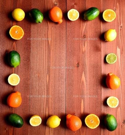 柑橘系フルーツいろいろ 茶色木材背景の写真素材 [FYI01168556]
