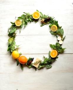 柑橘系フルーツとハーブとアロマテラピー用品 白木材背景の写真素材 [FYI01168592]