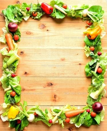 サラダ用の野菜のフレーム 木材背景の写真素材 [FYI01168604]