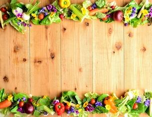 鮮やかな野菜とエディブルフラワー 木材背景の写真素材 [FYI01168605]