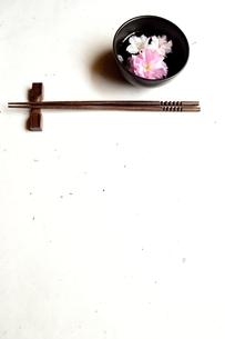 黒い小鉢にいけた桜と箸 白い和紙背景の写真素材 [FYI01168619]