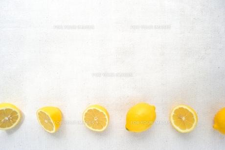 半分にカットしたレモン 白背景の写真素材 [FYI01168624]