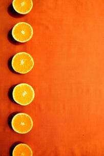 半分にカットしたオレンジ オレンジ色背景の写真素材 [FYI01168640]