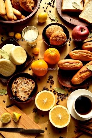 色々なパンとフルーツと飲み物の写真素材 [FYI01168647]
