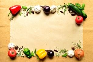 野菜とスパイスとハーブ フレームの写真素材 [FYI01168732]