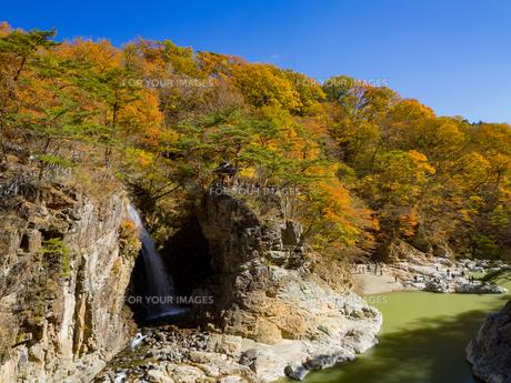 鬼怒川上流、日光市の龍王峡。虹見橋からの虹見の滝の眺めの写真素材 [FYI01168902]