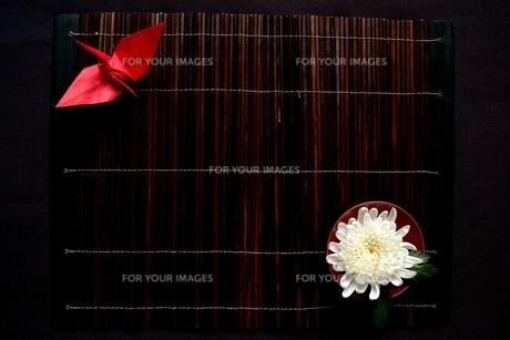 赤い折鶴と白い菊の写真素材 [FYI01168969]