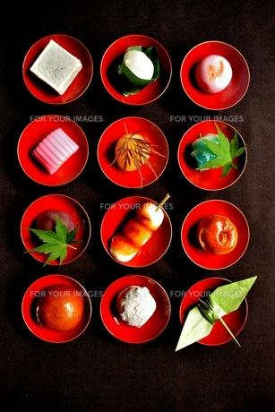杯に盛った和菓子と折鶴ともみじの写真素材 [FYI01168973]
