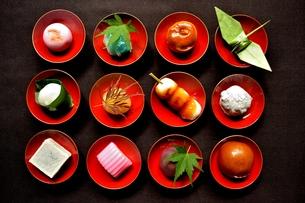 杯に盛った和菓子と折鶴ともみじの写真素材 [FYI01168974]