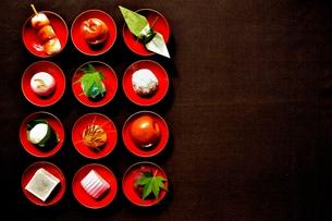 杯に盛った和菓子と折鶴ともみじの写真素材 [FYI01168975]