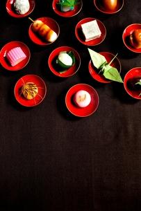 杯に盛った和菓子と折鶴ともみじの写真素材 [FYI01168976]