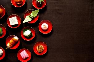 杯に盛った和菓子と折鶴ともみじの写真素材 [FYI01168977]