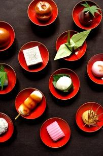 杯に盛った和菓子と折鶴ともみじの写真素材 [FYI01168978]