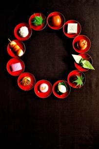 杯に盛った和菓子と折鶴ともみじの写真素材 [FYI01168979]