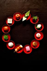 杯に盛った和菓子と折鶴ともみじの写真素材 [FYI01168980]