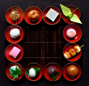 杯に盛った和菓子と折鶴ともみじの写真素材 [FYI01168981]
