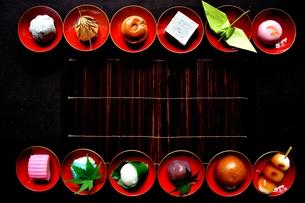 杯に盛った和菓子と折鶴ともみじの写真素材 [FYI01168982]