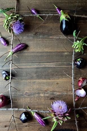 アーティーチョークの花と紫色の夏野菜 フレームの写真素材 [FYI01169021]